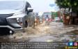 Banjir Genangi Jalan Raya Serpong - JPNN.COM