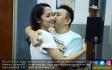 Istri dan Rekan Kerja Jenguk Augie Fantinus - JPNN.COM