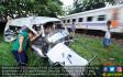 Travel Dihantam Kereta, Lima Orang Tewas Seketika - JPNN.COM