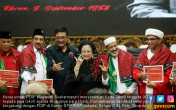 Megawati Serahkan KTA Kepada Habib, Purnawirawan dan Akademisi - JPNN.COM
