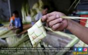 Jelang Lebaran, Omset Pedagang Ketupat Meningkat - JPNN.COM