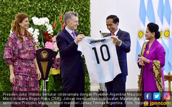 Jokowi Terima Jersey dari Mauricio Macri - JPNN.COM