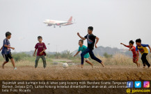 Manfaatkan Lahan Kosong, Anak-anak Bermain Bola - JPNN.COM
