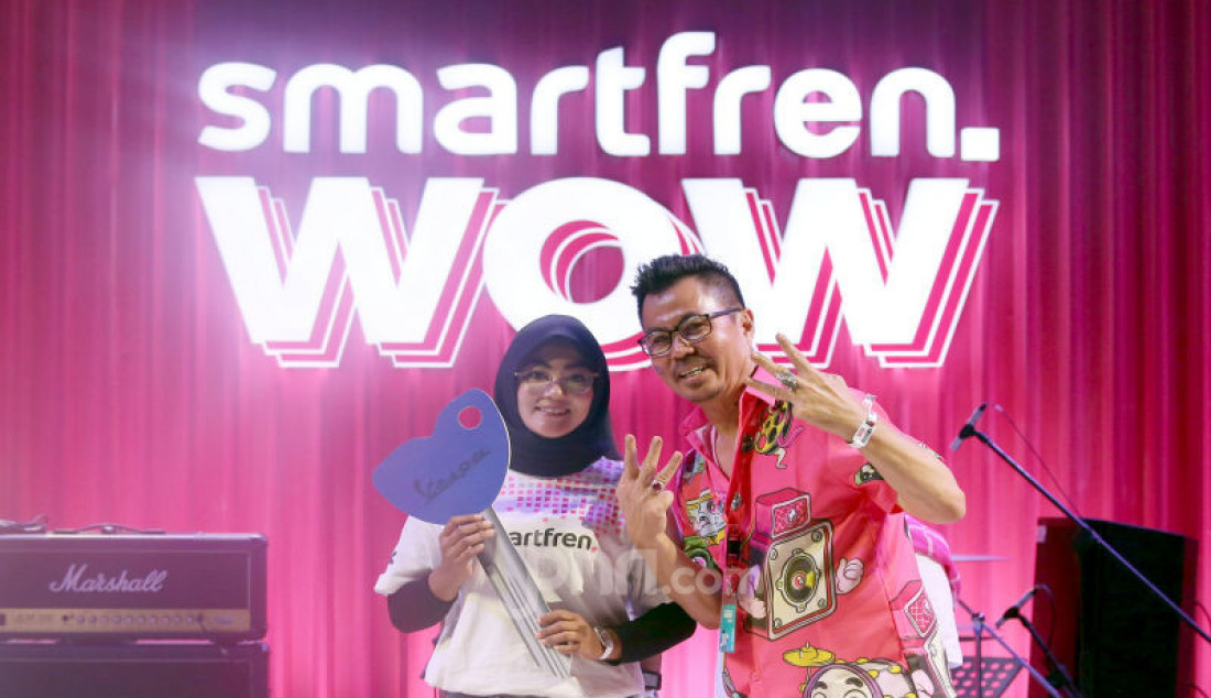 Deputy CEO dari Smartfren Djoko Tata Ibrahim memberikan hadiah kepada pemenang Undian Smartfren WOW pada Smartfren WOW Fest, Jakarta, Minggu (10/11). Foto: Ricardo - JPNN.com