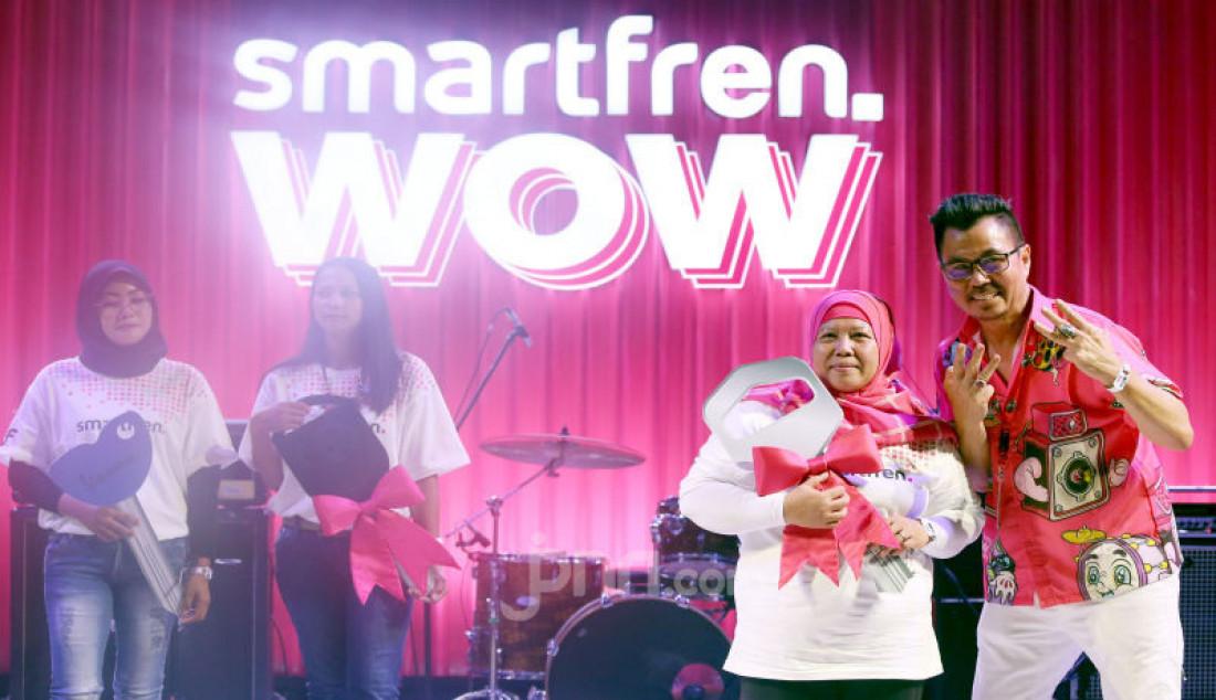 Deputy CEO dari Smartfren Djoko Tata Ibrahim memberikan hadiah kepada pemenang Undian Smartfren WOW pada Smartfren WOW Fest, Jakarta, Minggu (10/11). Pengundian dilakukan tiap satu bulan sekali dengan hadiah rumah, mobil dan Motor. Foto : Ricardo/JPNN.com Foto: Ricardo - JPNN.com