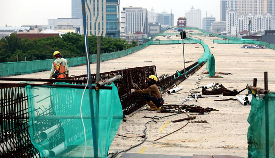 Sejumlah pekerja mengerjakan proyek tol dalam kota seksi A Kelapa Gading-Pulogebang di kawasan Kelapa Gading, Jakarta Utara, Kamis (15/10). Kepala Biro Komunikasi Publik Kementerian Pekerjaan Umum dan Perumahan Rakyat Republik (PUPR) Endra Saleh Atmawidjaja menyatakan bahwa progres pembangunan tol dalam kota tersebut sudah mencapai 71 persen dan ditargetkan selesai pada Juni 2021. Foto: Ricardo - JPNN.com