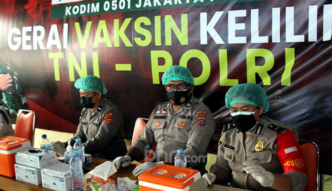 Suasana Gerai Vaksin Keliling TNI-Polri di Rumah Susun Petamburan, Jakarta Pusat, Kamis (22/7). Foto: Ricardo - JPNN.com