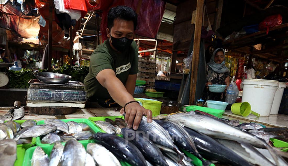 Suasana Pasar Pamulang di Tangerang Selatan, Banten, Jumat (23/7). Pemberlakuan Pembatasan Kegiatan Masyarakat (PPKM) Level 4 mengakibatkan pasar tradisional tersebut tampak lengang sehingga menyebabkan pendapatan pedagang turun sampai 50 persen. Foto: Ricardo - JPNN.com