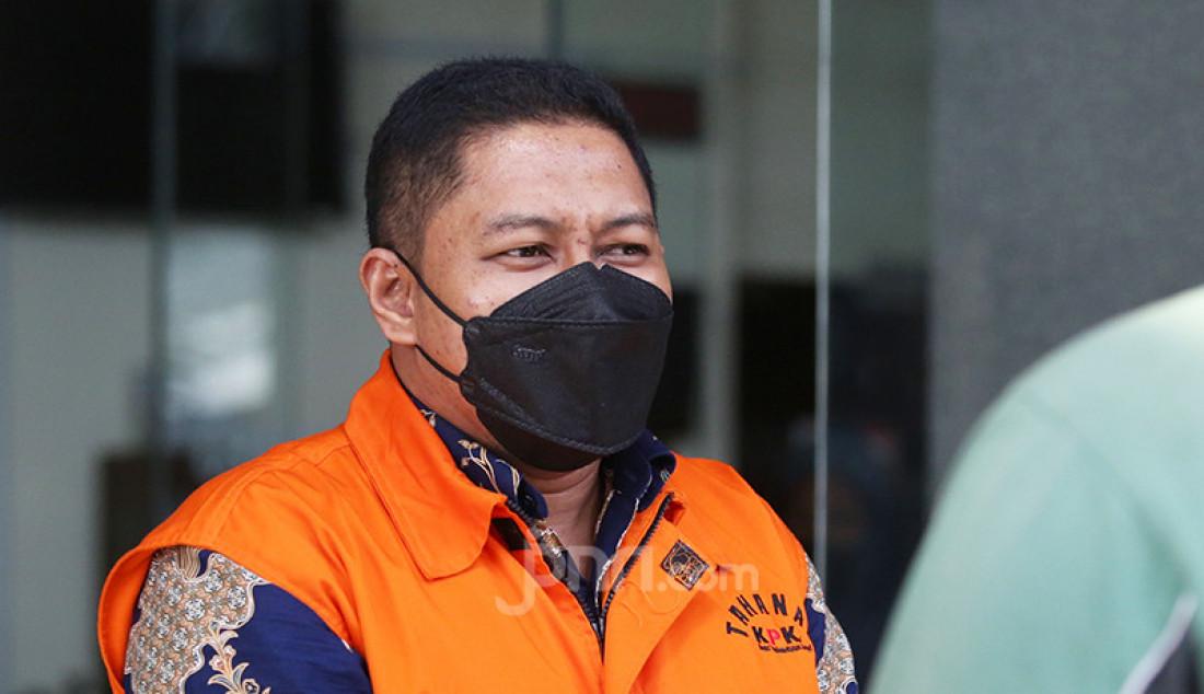 Mantan penyidik KPK Stepanus Robin Pattuju (mengenakan rompi tahanan warna oranye) usai menjalani pemeriksaan di Gedung KPK, Jakarta, Selasa (27/7). Stepanus merupakan tersangka penerima suap Rp 1,3 miliar dari Wali Kota Tanjungbalai 2020-2021 Syahrial. Foto: Ricardo - JPNN.com