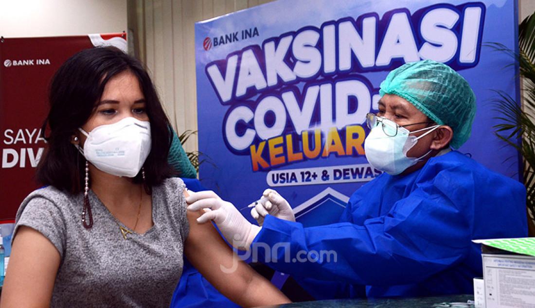 Pelajar mengikuti vaksinasi yang diselenggarakan PT AJ Central Asia Raya (CAR Life Insurance) dan PT Bank Ina Perdana Tbk di Jakarta, Rabu (28/7). Foto: Ricardo - JPNN.com