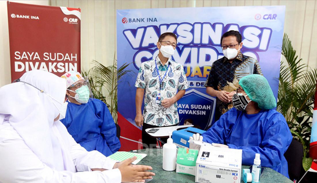 Direktur PT AJ Central Asia Raya (CAR Life Insurance) Antonius Probosanjoyo (kedua dari kanan) dan Chief Commercial Banking Officer PT Bank Ina Perdana Tbk Luianto Sudarmana (kanan) menyaksikan peserta vaksinasi Covid-19 untuk pelajar dan masyarakat di Jakarta, Rabu (28/7). Foto: Ricardo - JPNN.com