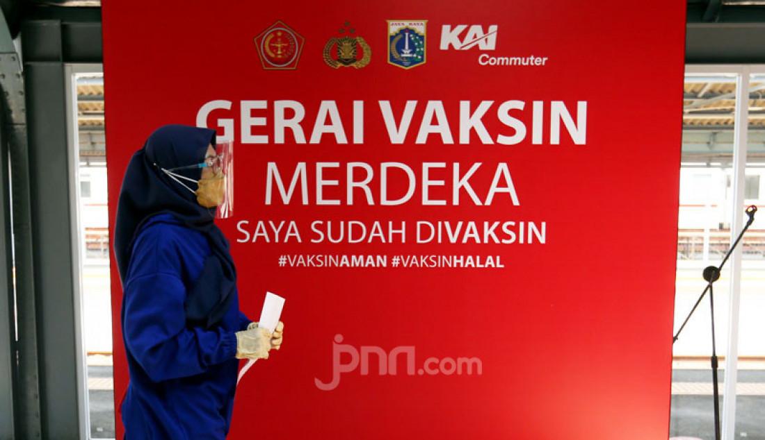 Gerai Vaksin PT KAI Commuter di Stasiun Jakarta Kota, Rabu (28/7). PT KAI Commuter menambah lokasi gerai vaksinasi guna memudahkan para penumpang dan warga sekitar stasiun mendapatkan vaksin. Foto: Ricardo - JPNN.com