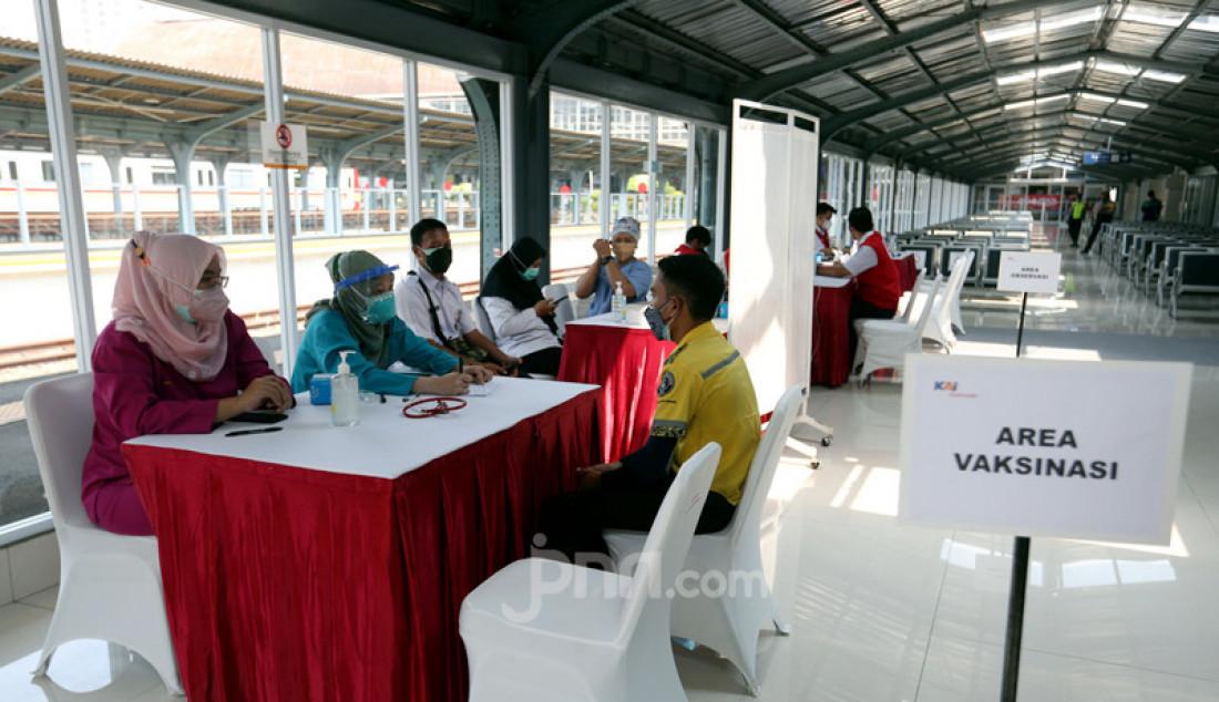 Calon penumpang mengikuti vaksinasi vaksin COVID-19 di Stasiun KRL Jakarta Kota, Rabu (28/7). KAI Commuter menambah lokasi vaksinasi di Stasiun Duri, Angke dan Jakarta Kota bagi para penumpang dan warga sekitar stasiun yang dilaksanakan setiap jam 10.00 - 14.00 WIB. Foto: Ricardo - JPNN.com