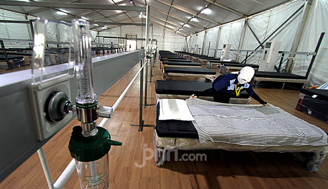 Petugas menyiapkan ruang perawatan pasien COVID-19 di Rumah Oksigen Gotong Royong, Pulogadung, Jakarta Timur, Kamis (29/7). Fasilitas kesehatan semipermanen yang bisa menampung 500 pasien Covid-19 tersebut ditargetkan mulai beroperasi Agustus 2021. Foto: Ricardo - JPNN.com