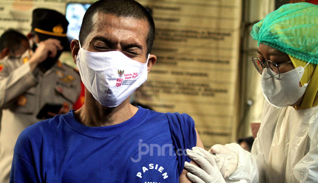 Tenaga kesehatan memberikan vaksinasi covid-19 kepada pasien Orang Dengan Gangguan Jiwa (ODGJ) di Bekasi, Jawa Barat, Rabu (4/8). Sebanyak 70 pasien ODGJ mengikuti kegiatan 'Vaksinasi Merdeka' guna mencegah penyebaran wabah Covid-19. Foto: Ricardo - JPNN.com