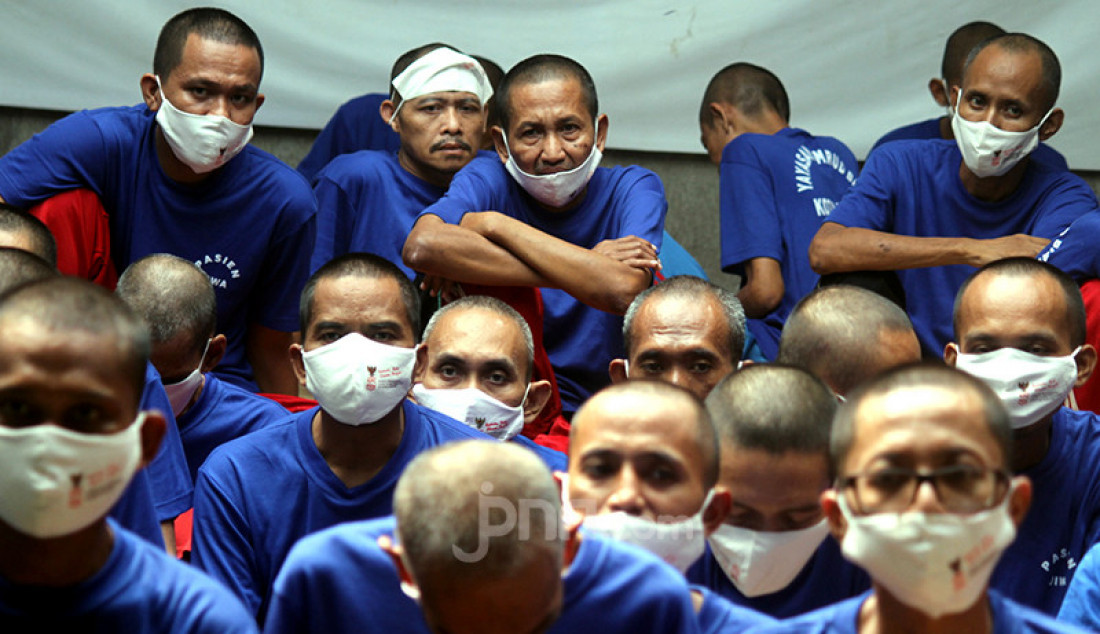 Sejumlah pasien Orang Dengan Gangguan Jiwa (ODGJ) di Bekasi, Jawa Barat, Rabu (4/8), menunggu giliran untuk mendapatkan vaksin covid-19. Sebanyak 70 pasien ODGJ mengikuti kegiatan 'Vaksinasi Merdeka' guna mencegah penyebaran wabah Covid-19. Foto: Ricardo - JPNN.com