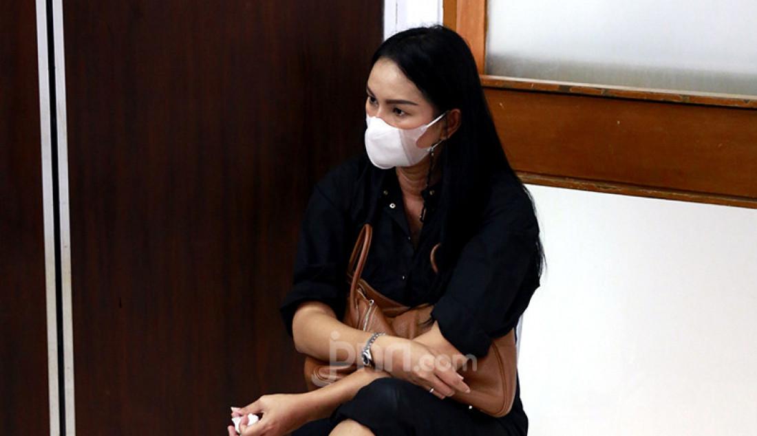 Kalina Oktarani menunggui suaminya, Vicky Prasetyo, menjalani sidang di Pengadilan Negeri Jakarta Selatan, Kamis (5/8). Vicky Prasetyo menjadi terdakwa perkara pencemaran nama baik terhadap mantan istrinya, Angel Lelga. Foto: Ricardo - JPNN.com
