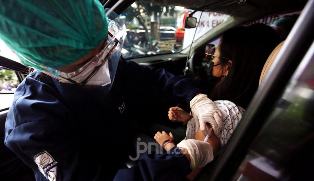 Warga mengikuti vaksinasi COVID-19 Merdeka Drive Thru yang menggunakan sistem layanan tanpa turun (lantatur) di samping Polres Metro Jakarta Selatan, Jakarta, Kamis (5/8). Vaksinasi yang menggunakan vaksin AstraZeneca dan Sinovac tersebut berlangsung hingga 17 Agustus 2021. Foto: Ricardo - JPNN.com
