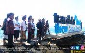Salahi Aturan, Reklame Traveloka di Pantai Sanur Dibongkar - JPNN.COM