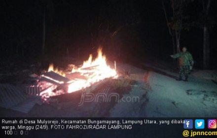 Main Hakim Sendiri, Dua Rumah Warga di Lampung Dibakar Massa - JPNN.COM