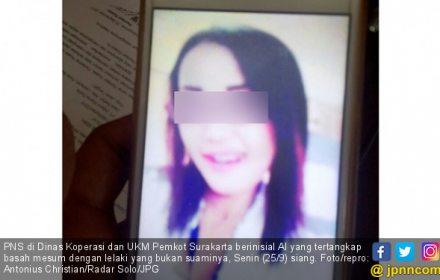 Ya Ampun, Bu PNS Ganjen Hobi Menyimpan Foto Selingkuhan - JPNN.COM