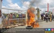 10 Bulan Tanpa Insentif, Ratusan Guru Blokade Kantor Bupati - JPNN.COM