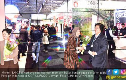 Jajanan Pasar dan Buket Bunga Menteri LHK di Jerman - JPNN.COM