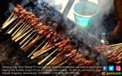 Nikmatnya Menyantap Sate Babi Bawah Pohon di Pulau Dewata - JPNN.COM