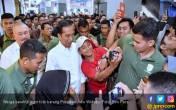 Ada Pak Jokowi di Mal, Warga Rebutan Pengin Foto Bareng - JPNN.COM