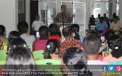 Para Honorer K2 Peserta Tes CPNS 2013 Datangi Balai Kota - JPNN.COM