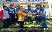 Cegah Abrasi, Lanal Bengkulu Tanam 1.500 Pohon Mangrove - JPNN.COM