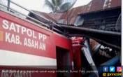 Mobil Damkar Seruduk Rumah Warga, Tiga Orang Terluka - JPNN.COM