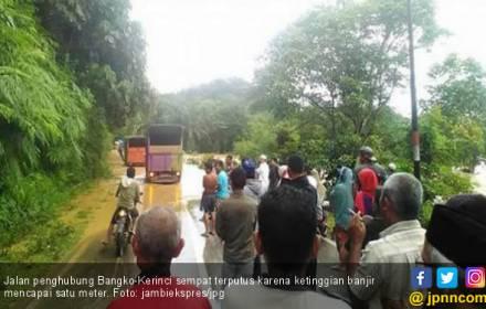 Sungai Meluap, Ratusan Rumah Terendam Banjir di Merangin - JPNN.COM
