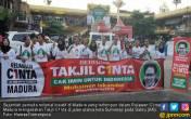 Pemuda Milenial Madura Berbagi Takjil Cinta - JPNN.COM