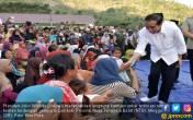 Jokowi Serahkan Langsung Bantuan untuk Korban Gempa Lombok - JPNN.COM