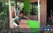 Bantu Perbaiki Rumah Warga Miskin, TNI Memang Istimewa - JPNN.COM