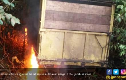 Tabrak Rumah Warga, Truk Pengangkut Batubara Dibakar Massa - JPNN.COM