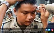 Kepala Anggota Satpol PP Bocor Dilempar Pedagang dengan Batu - JPNN.COM