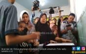 Anak-Istri Tak Kuasa Menahan Tangis Menerima Jasad Sofyan - JPNN.COM