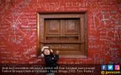 Pelajar Nepal Beramai-ramai Goreskan Nama di Tembok Harapan - JPNN.COM