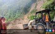 Dusun Genting Kembali Diterjang Longsor, Akses Jalan Sempat Tertutup - JPNN.COM