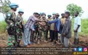 Lihat Nih! Warga Eks Kombatan Serahkan Senjata ke Satgas TNI - JPNN.COM